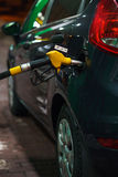 Ανεφοδιασμός σε καύσιμα αυτοκινήτων σε ένα πρατήριο καυσίμων το χειμώνα τη νύχτα Στοκ εικόνες με δικαίωμα ελεύθερης χρήσης