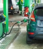 Ανεφοδιασμός σε καύσιμα αυτοκινήτων σε ένα πρατήριο καυσίμων το χειμώνα Στοκ εικόνα με δικαίωμα ελεύθερης χρήσης