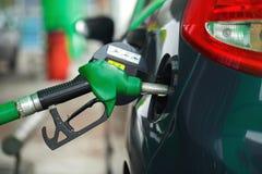 Ανεφοδιασμός σε καύσιμα αυτοκινήτων σε ένα πρατήριο καυσίμων το χειμώνα Στοκ Εικόνες