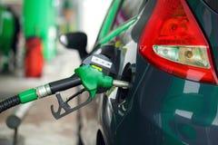 Ανεφοδιασμός σε καύσιμα αυτοκινήτων σε ένα πρατήριο καυσίμων το χειμώνα Στοκ Εικόνα