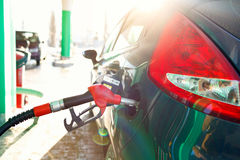 Ανεφοδιασμός σε καύσιμα αυτοκινήτων σε ένα πρατήριο καυσίμων το χειμώνα Στοκ φωτογραφία με δικαίωμα ελεύθερης χρήσης
