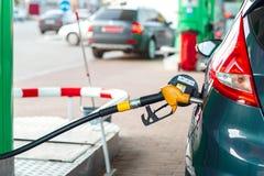 Ανεφοδιασμός σε καύσιμα αυτοκινήτων σε ένα πρατήριο καυσίμων Στοκ Εικόνα