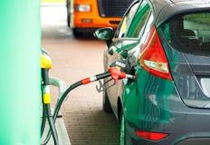 Ανεφοδιασμός σε καύσιμα αυτοκινήτων σε ένα πρατήριο καυσίμων Στοκ Φωτογραφία