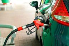 Ανεφοδιασμός σε καύσιμα αυτοκινήτων σε ένα πρατήριο καυσίμων Στοκ Φωτογραφίες