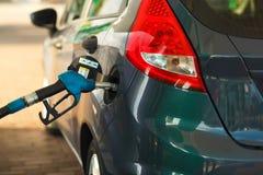 Ανεφοδιασμός σε καύσιμα αυτοκινήτων σε ένα πρατήριο καυσίμων Στοκ Εικόνες