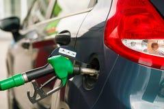 Ανεφοδιασμός σε καύσιμα αυτοκινήτων σε ένα πρατήριο καυσίμων Στοκ εικόνες με δικαίωμα ελεύθερης χρήσης
