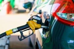Ανεφοδιασμός σε καύσιμα αυτοκινήτων σε ένα πρατήριο καυσίμων Στοκ φωτογραφία με δικαίωμα ελεύθερης χρήσης