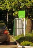 Ανεφοδιασμός σε καύσιμα για ένα ηλεκτρικό αυτοκίνητο χρέωση αυτοκινήτων ηλεκτ Πράσινο powe Στοκ Φωτογραφία