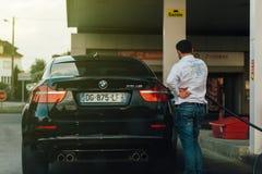 Ανεφοδιασμός σε καύσιμα της BMW X6 μ στο βενζινάδικο Στοκ Φωτογραφίες
