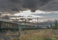 Ανεφοδιασμός των καυσίμων για τις εγκαταστάσεις παραγωγής ενέργειας άνθρακα Φυσική άποψη του ηλιοβασιλέματος με το βιομηχανικό φω Στοκ Εικόνες