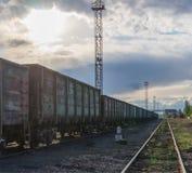 Ανεφοδιασμός των καυσίμων για τις εγκαταστάσεις παραγωγής ενέργειας άνθρακα Φυσική άποψη του βιομηχανικού ηλιοβασιλέματος Στοκ Φωτογραφίες