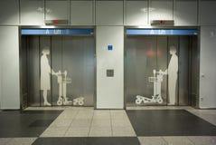Ανελκυστήρας, αντίστοιχα για τους άνδρες και τις γυναίκες χωριστά Στοκ φωτογραφία με δικαίωμα ελεύθερης χρήσης