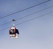 Ανελκυστήρας γονδολών με το σκι και τα σνόουμπορντ Στοκ Εικόνες