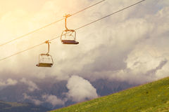 Ανελκυστήρας και ανελκυστήρες στις Άλπεις βουνών, με τα σύννεφα Στοκ φωτογραφίες με δικαίωμα ελεύθερης χρήσης