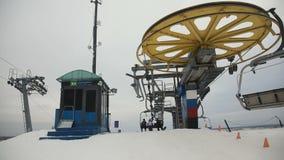 Ανελκυστήρας καρεκλών σκι με τους σκιέρ απόθεμα βίντεο