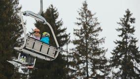 Ανελκυστήρας καρεκλών σκι με τους σκιέρ φιλμ μικρού μήκους