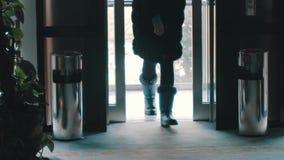 Ανελκυστήρας στο κτήριο από το οποίο άνθρωποι φύλλων απόθεμα βίντεο
