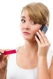 Ανησυχημένη γυναίκα με το τηλέφωνο που ενημερώνει κάποιο για τη θετική δοκιμή εγκυμοσύνης Στοκ Φωτογραφία