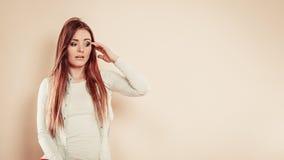 Ανησυχημένη γυναίκα με το χέρι στο κεφάλι Στοκ Εικόνες