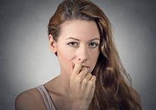 Ανησυχημένη γυναίκα που σκέφτεται την εξέταση σας κάμερα στοκ εικόνα