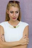 Ανησυχημένη γυναίκα στο άσπρο φόρεμα Στοκ Φωτογραφία