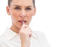 Ανησυχημένη επιχειρηματίας με τη μάνδρα στο στόμα στοκ φωτογραφίες