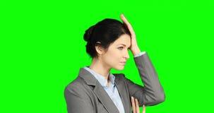 Ανησυχημένη επιχειρηματίας που κρατά το κεφάλι της φιλμ μικρού μήκους