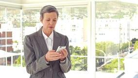 Ανησυχημένη επιχειρηματίας που χρησιμοποιεί το smartphone της απόθεμα βίντεο
