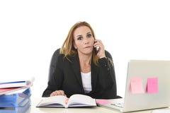 Ανησυχημένη ελκυστική επιχειρηματίας στην πίεση που εργάζεται με το lap-top γ Στοκ Εικόνες