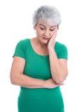 Ανησυχημένη ηλικιωμένη γυναίκα σε πράσινο - απομονωμένος στο λευκό Στοκ εικόνες με δικαίωμα ελεύθερης χρήσης