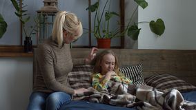 Ανησυχημένη μητέρα που μετρά τη θερμοκρασία του άρρωστου παιδιού απόθεμα βίντεο