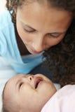 Ανησυχημένη μητέρα στο σπίτι με το φωνάζοντας μωρό στοκ φωτογραφία με δικαίωμα ελεύθερης χρήσης