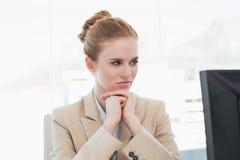 Ανησυχημένη νέα επιχειρηματίας που εξετάζει τον υπολογιστή Στοκ εικόνα με δικαίωμα ελεύθερης χρήσης
