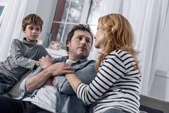 Ανησυχημένη οινοπνευματώδης εξέταση τη σύζυγό του και αίσθημα της αγάπης της Στοκ Εικόνες