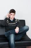 Ανησυχημένος έφηβος που μιλά στο τηλέφωνο κυττάρων του Στοκ Εικόνες