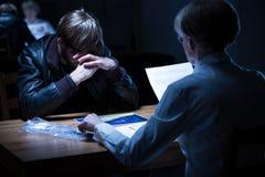 Ανησυχημένος αρσενικός ύποπτος κατά τη διάρκεια της ακρόασης Στοκ Φωτογραφίες