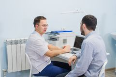 Ανησυχημένος ασθενής με το γιατρό του στο ιατρικό γραφείο στοκ εικόνα με δικαίωμα ελεύθερης χρήσης