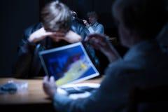 Ανησυχημένος εγκληματίας κατά τη διάρκεια της ακρόασης Στοκ φωτογραφίες με δικαίωμα ελεύθερης χρήσης