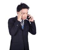 Ανησυχημένος επιχειρηματίας που μιλά στο smartphone Στοκ Φωτογραφία