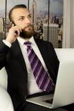 Ανησυχημένος επιχειρηματίας στο τηλέφωνο στην αρχή στοκ φωτογραφίες