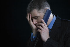 Ανησυχημένος επιχειρηματίας στο τηλέφωνο Στοκ φωτογραφία με δικαίωμα ελεύθερης χρήσης