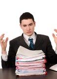 Απελπισμένο επιχειρησιακό άτομο με πολλή εργασία. Στοκ Εικόνες