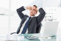 Ανησυχημένος νέος επιχειρηματίας στο γραφείο γραφείων Στοκ Εικόνες
