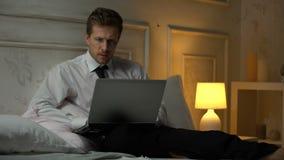 Ανησυχημένος οικονομικός εμπειρογνώμονας που εργάζεται στην έκθεση, λάθη στα έγγραφα, προθεσμία απόθεμα βίντεο
