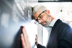 Ανησυχημένος ώριμος επιχειρηματίας στο γραφείο Στοκ εικόνες με δικαίωμα ελεύθερης χρήσης