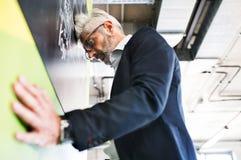 Ανησυχημένος ώριμος επιχειρηματίας στο γραφείο Στοκ εικόνα με δικαίωμα ελεύθερης χρήσης