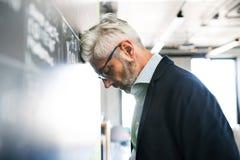 Ανησυχημένος ώριμος επιχειρηματίας στο γραφείο Στοκ φωτογραφία με δικαίωμα ελεύθερης χρήσης
