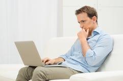 Ανησυχημένο άτομο με το lap-top Στοκ Φωτογραφία