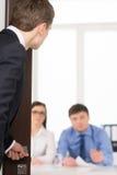 Ανησυχημένο άτομο που εισάγει ένα δωμάτιο για τη συνέντευξη εργασίας. Στοκ εικόνες με δικαίωμα ελεύθερης χρήσης