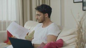 Ανησυχημένο άτομο που εργάζεται με τα οικονομικά έγγραφα στο σπίτι Ματαιωμένος επιχειρηματίας απόθεμα βίντεο
